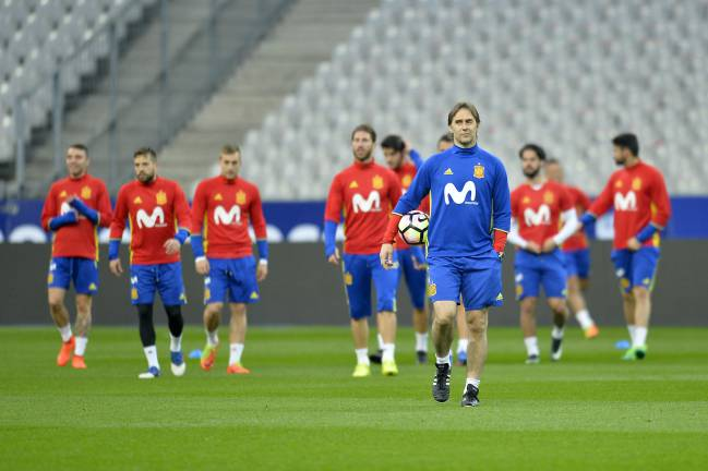 Spain Head Coach Julen Lopetegui walks in front of the Spanish team during practice session before the match between France and Spain at the Stade de France on March 27, 2017 in Paris, France.