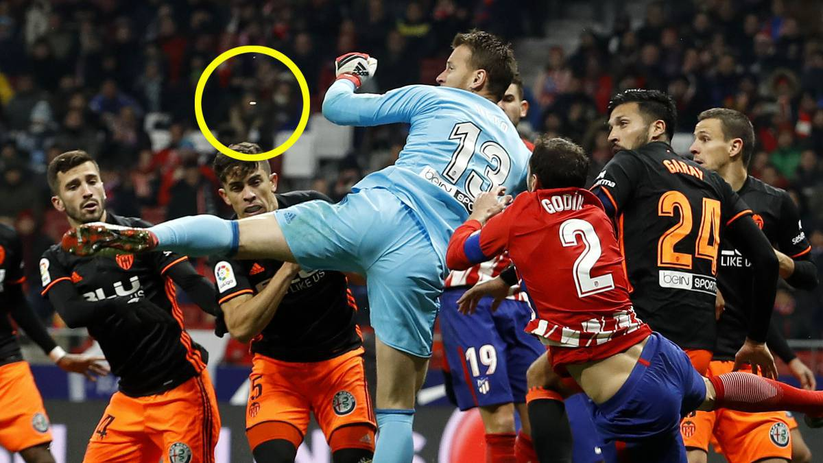 Godín | The 31-year-old lost three teeth in a clash with Valencia 'keeper Neto on Sunday, and El Periódico report that club staff were sent to find them.