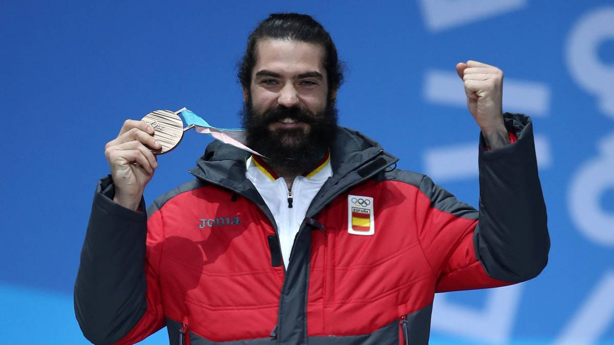 Hernández celebrates rare Spain medal as Svindal makes history