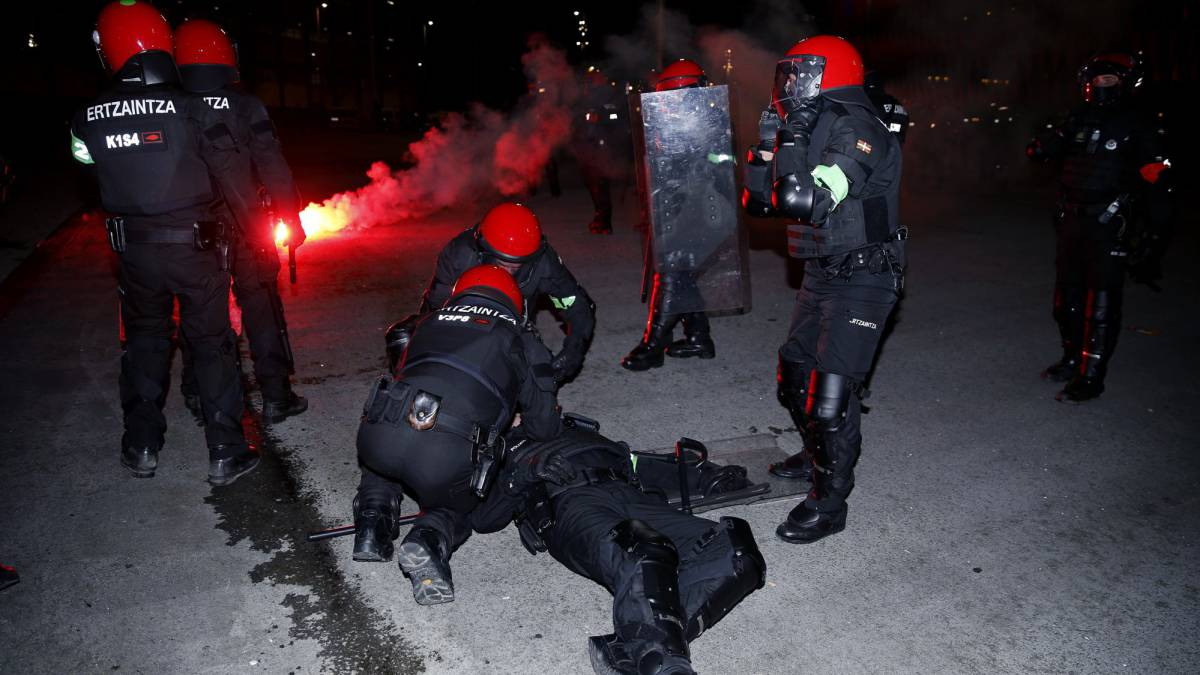 Police officer dies after fighting between Spartak Moscow and Athletic Club fans in Bilbao