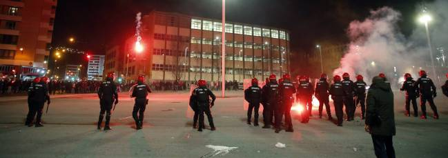 Police officer dies after Spartak Moscow and Athletic Club fans stage pitched battle in Bilbao.