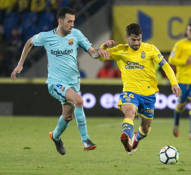 Pedro Tana under pressure from Sergio Busquets.