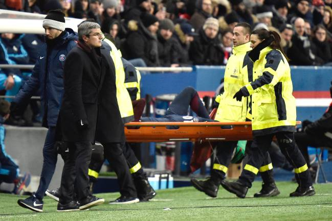 The sad sight of PSG's Neymar Jr leaving the field on the stretcher.