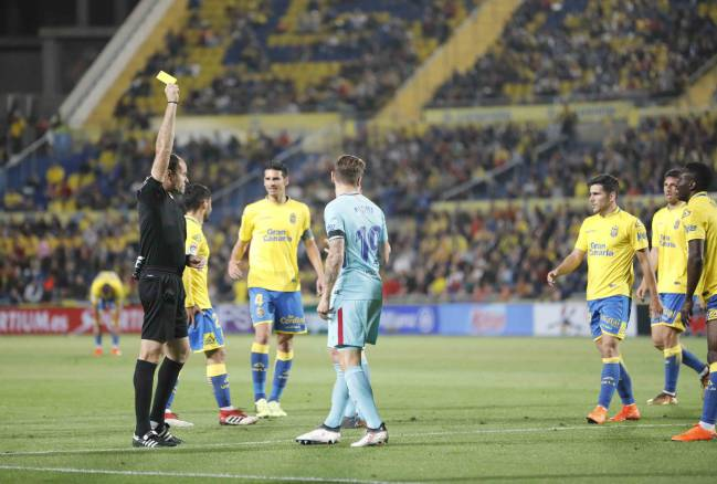 Las Palmas vs Barcelona: Mateu Lahoz makes it into yet another photo.