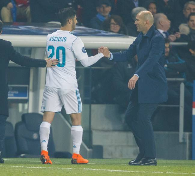 Marco Asensio congratulated by manager Zidane.