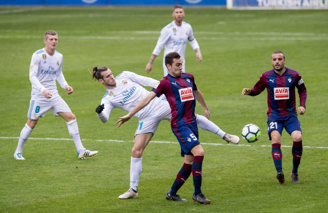 Bale and Escalante clash during the Eibar vs Real Madrid LaLiga game on 10/03/18.