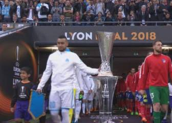 Payet ignores footballing superstition by touching trophy