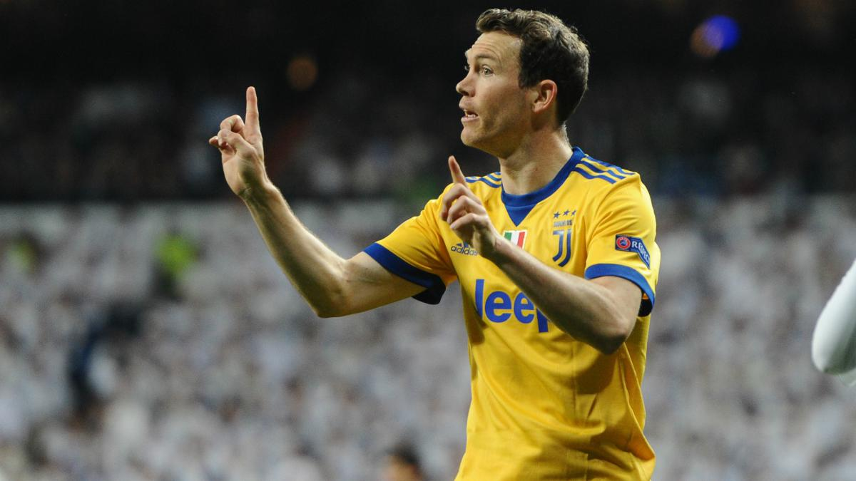 Lichtsteiner to Borussia Dortmund falls through