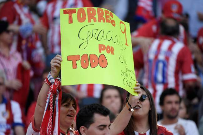 A fan holds a message thanking Atletico Madrid's Spanish forward Fernando Torres at the Wanda Metropolitano.