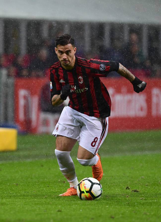AC Milan's Spanish forward Fernandez Suso controls the ball during the Italian Serie A football match AC Milan vs AC Chievo at the San Siro stadium in Milan on March 18, 2018.