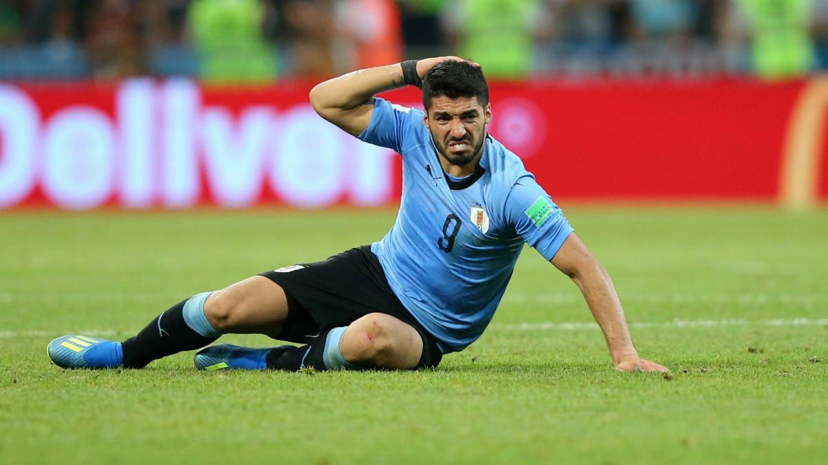 Suarez hurt in Uruguay training as Cavani sits out team session