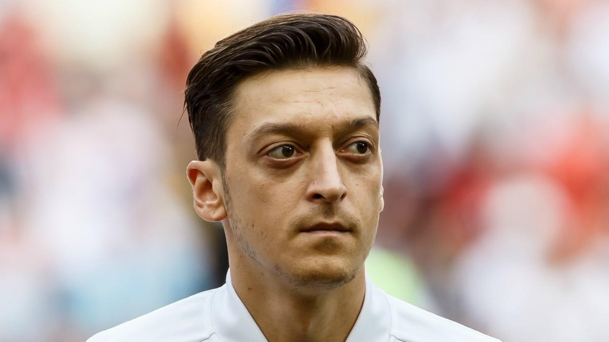 Ozil must explain Erdogan meeting, says DFB president