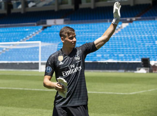 Andriy Lunin waves to fans at the Bernabéu during his presentation at Real Madrid this afternoon.