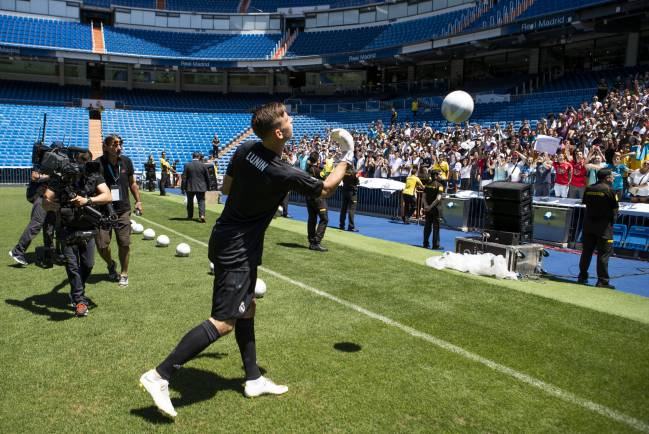 Andriy Lunin throws balls to fans at the Bernabéu during his presentation at Real Madrid this afternoon.