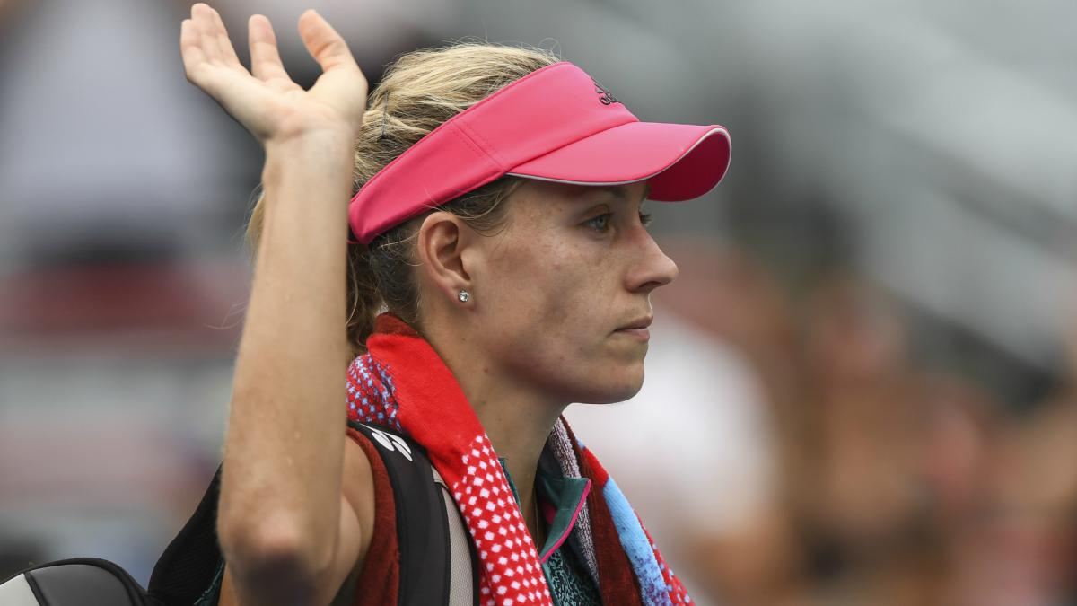 Kerber stunned but Svitolina, Sharapova advance at rain-hit Rogers Cup