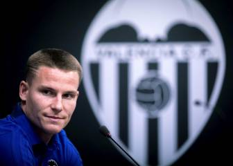 Gameiro presented by Valencia after departing Atlético Madrid