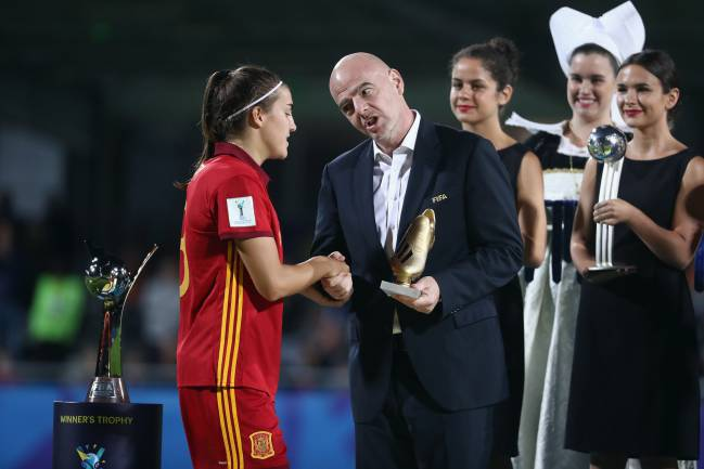 FIFA President Gianni Infantino presents Patri Guijarro with the Golden Boot award after the 2018 FIFA U-20 Women's World Cup Final