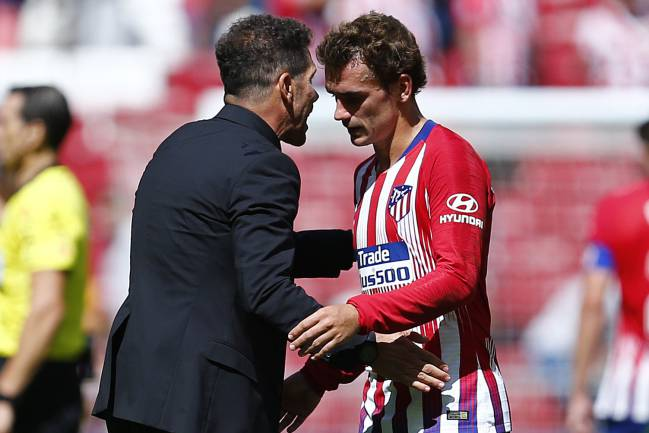 Atletico Madrid's Argentinian coach Diego Simeone talks to his French forward Antoine Griezmann.