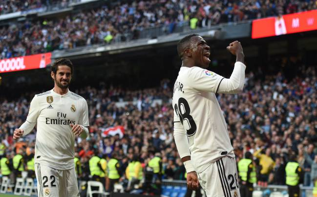 Vinicius Junior celebrates with the Bernabéu.