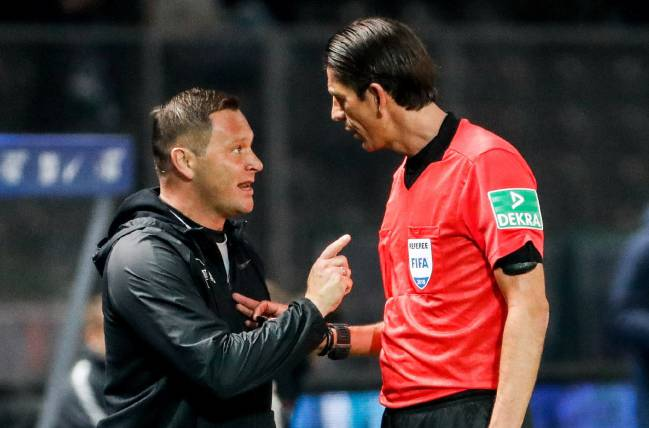 Big man with whistle | Berlin's head coach Pal Dardai argues with referee Deniz Aytekin during the German Bundesliga match between Hertha BSC and RB Leipzig.