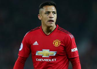 Manchester United star Sanchez hobbles off against Reading