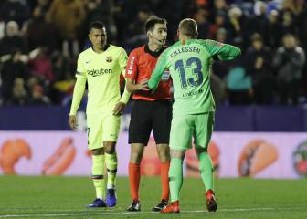 Referee De Burgos berates Cillessen for simulation