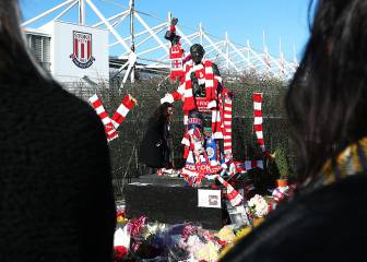 Fans pays last respects to the great Gordon Banks in Stoke