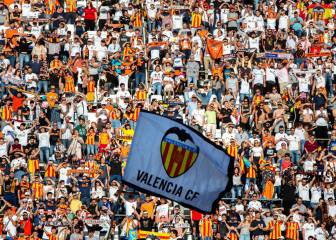 Valencia streets packed as fans celebrate with Copa del Rey winning team