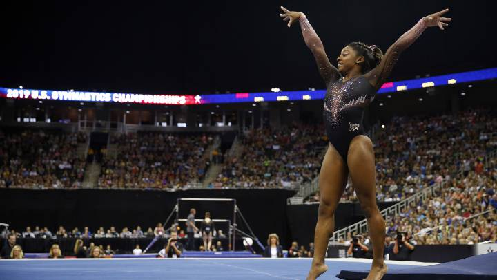 Simone Biles lands an insane triple
