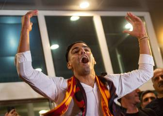 Falcao leads Galatasaray fans chants on arrival in Turkey