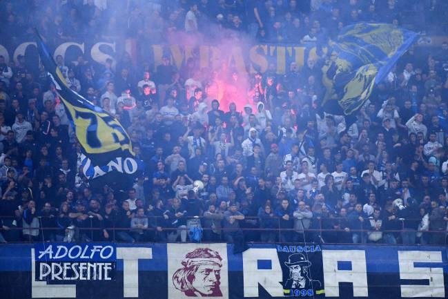 Recherche | Les fans de l'Inter applaudissent lors du match de football de Serie A italienne contre la Juventus.