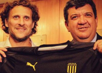 Former forward Diego Forlán takes charge of Peñarol