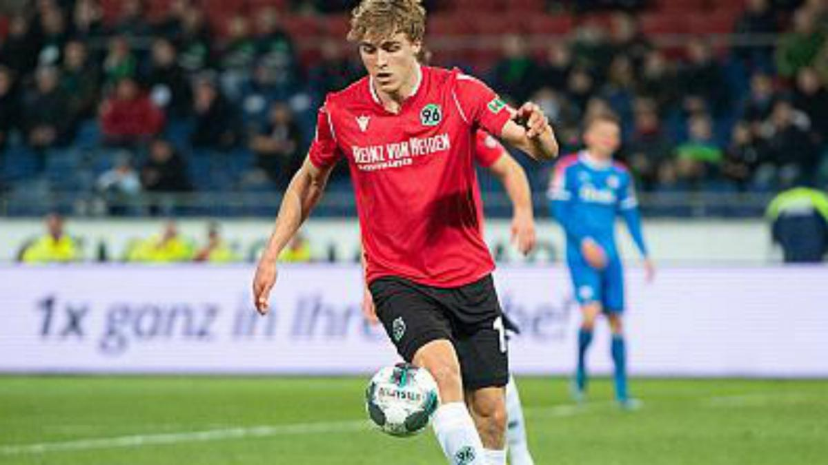 Hannover defender Timo Hubers tests positive for coronavirus