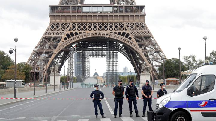 Eiffel tower evacuated due to alleged bomb scare