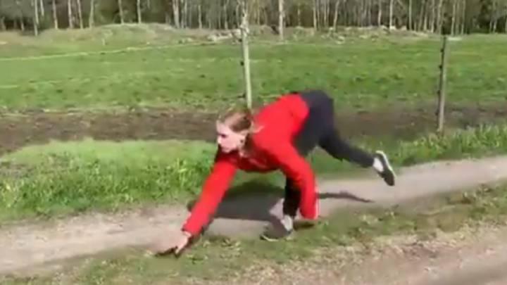 83bb82982 Esta chica es capaz de correr con las 4 extremidades como si fuera un  caballo