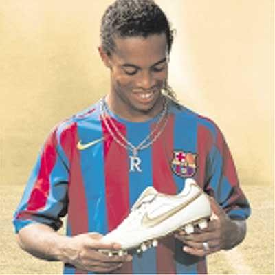 Ronaldinho estrena hoy unas botas con oro de 24 quilates - AS.com ece9cf43c54ba