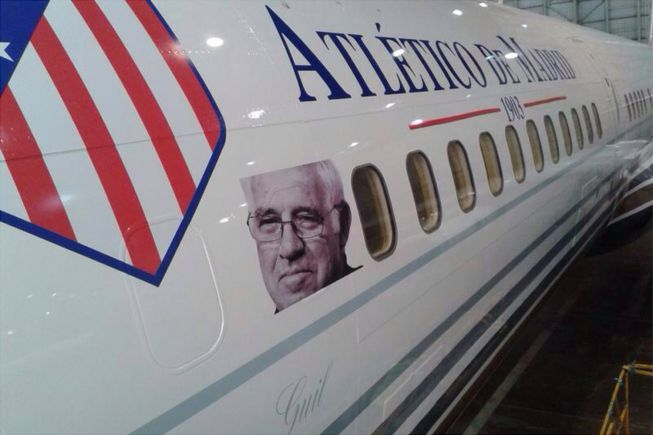 Foto de Luis en el avión que desplaza al Atlético a Milán
