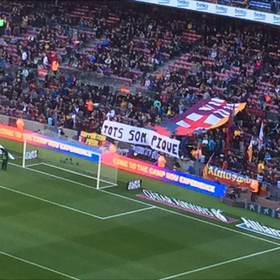 Barcelona  La grada del Camp Nou apoya a Piqué con una pancarta - AS.com b9e59d6f1fc