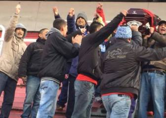 Ultras de Independiente pasean un féretro dentro de su estadio