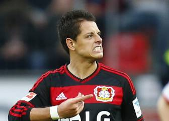 Chicharito takes tumble down stairs and breaks right hand