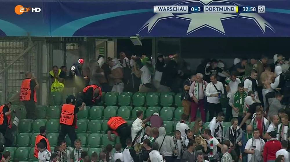 Ultras del Legia usan spray de pimienta contra los 'stewards'