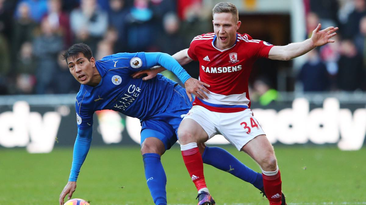 Ulloa y Adam Forshaw en el Middlesbrough contra el Leicester City.
