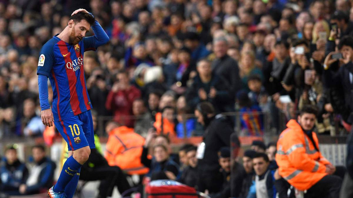 Messi abandona el partido ante el Athletic en el Camp Nou.