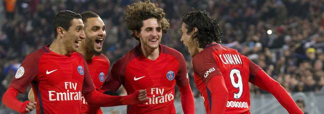 Celebración del GOL 0-1 autor Edinson Cavani (Paris Saint-Germain) con Rabio Adrien (Paris Saint-Germain), Di Maria Angel (Paris Saint-Germain) y Lucas Moura (Paris Saint-Germain).