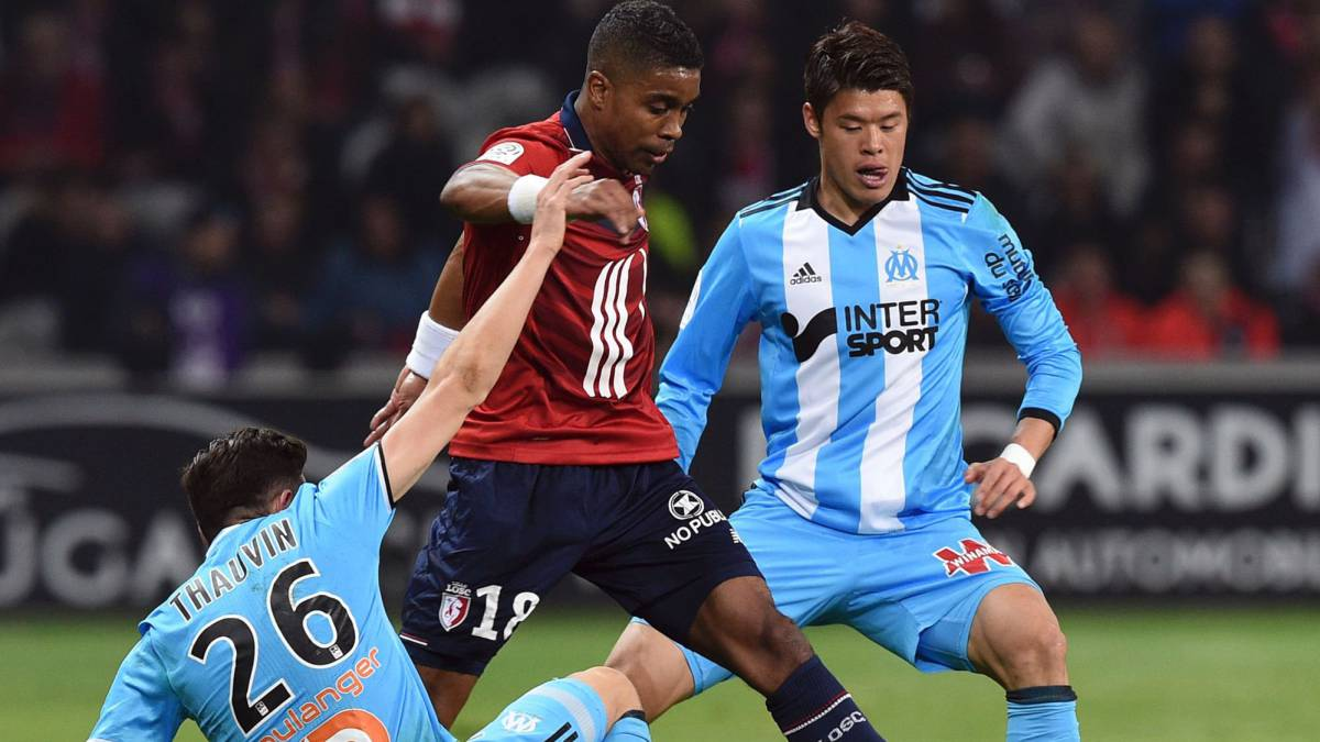 Lille's French defender Franck Beria (C) vies with Olympique de Marseille's French midfielder Florian Thauvin (L) and Olympique de Marseille's Japanese defender Hiroki Sakai during the French L1 football match between Lille OSC (LOSC) and Marseille on March 17, 2017 at the Pierre-Mauroy Stadium in Villeneuve d'Ascq, near Lille, northern France.