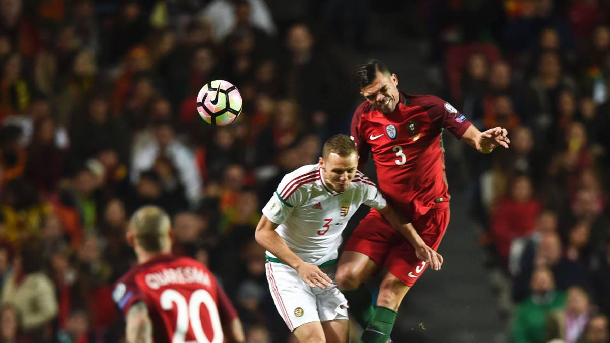 Portugal's defender Pepe (R) heads the ball with Hungary's defender Mihaly Korhut (C) during the WC 2018 group B football qualifing match Portugal vs Hungary at the Luz stadium in Lisbon on March 25, 2017.
