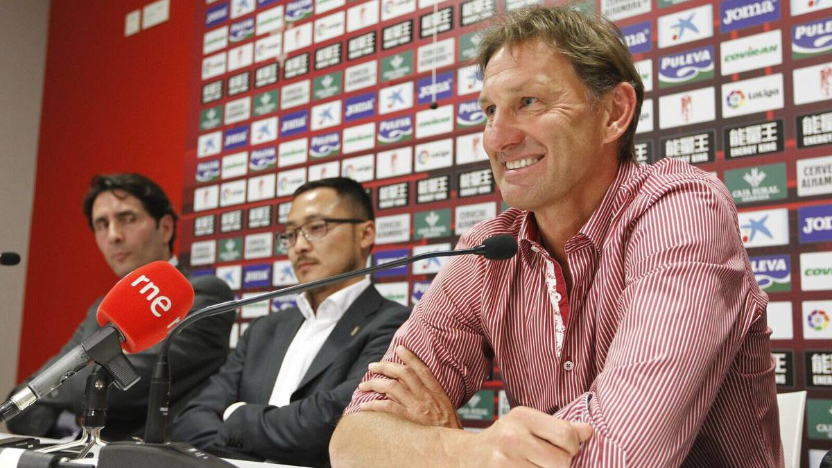 Tony Adams, new Granada manager