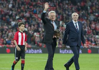 Sepp Maier recibe de manos de Iribar el premio 'One Club Man'