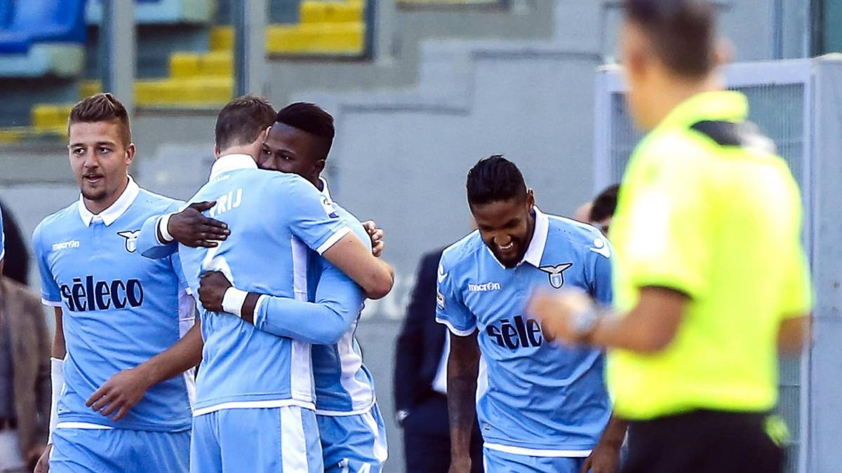 Lazio's Keita (3-L) jubilates with his teammates after scoring the 1-0 goal during the Italian Serie A soccer match SS Lazio vs UC Sampdoria at Olimpico stadium in Rome, Italy, 07 May 2017.