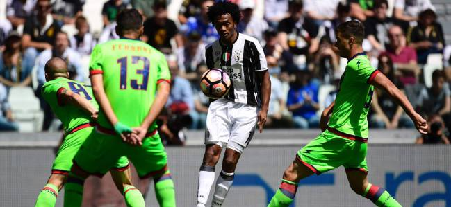 Juventus' Colombian forward Juan Cuadrado (C) controls the ball during the Italian Serie A football match Juventus vs Crotone at the Juventus Stadium in Turin on May 21, 2017.
